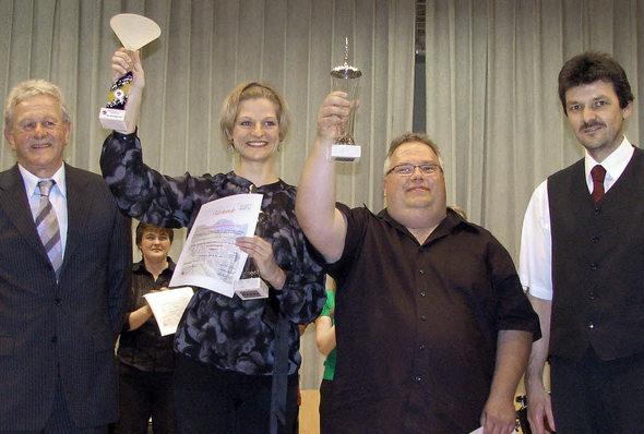 DHV-Bezirksvorsitzender Trudpert Beckert (links) und sein Stellvertreter Hubert Rombach (rechts) überreichten die Bezirksmeisterpokale an Silke D'Inka und Michael Huck. Foto: Manfred Lange