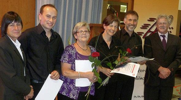 Im Namen des Deutschen Harmonikaverbandes ehrte Charlotte Eckmann Michael Behringer, Ulla Krämer sowie Lioba und Karl-Heinz Riesterer (von links); der Vereinsvorsitzende Trudpert Beckert (ganz rechts) schloss sich den Glückwünschen an. Foto: Eberhard Gross