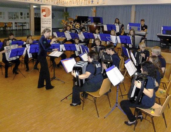 Ein beeindruckendes Konzert unter der Stabführung von Silke D'Inka gab das Bezirksjugendorchester des Harmonikaverbandes Breisgau zum Abschluss ihrer dreitägigen Projektphase. Foto: Eberhard Gross