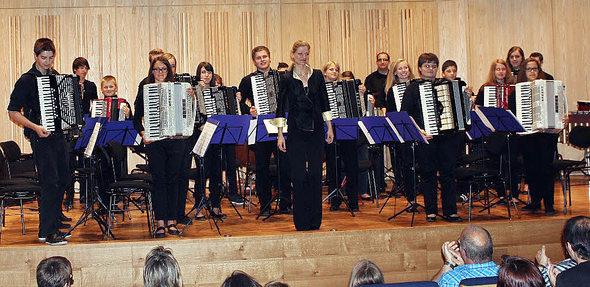"""Das Jugendorchester der Akkordeongruppe Münstertal erreichte beim Akkordeon-Landesjugend-Wettbewerb unter der Leitung von Silke D'Inka (Bildmitte) in der Höchststufe das Prädikat """"hervorragend"""" und stellte damit erneut seinen hohen Leistungsstand unter Beweis. Foto: privat"""