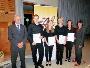 Lukas Burget, Jessica Böhler, Carolin Reisdorf und Marilena Steffi (v.l.) wurden für 10 jähriges aktives Musizieren in der Akkordeongruppe von der Stellvertr. Bezirksvorsitzenden des DHV Charlotte Eckmann (rechts) und vom 1. Vors. Trudpert Beckert (links) ausgezeichnet.