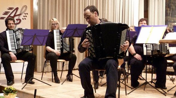 Sergej Gerasimov begeisterte mit seinem Soloauftritt die Zuhörer des Jahreskonzerts der Akkordeongruppe Münstertal. Foto: Eberhard Gross