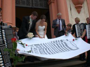 Christina und Daniel beim durchtrennen des vereinsinternen Hochzeitstuches